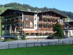 Bushotel in Tirol - der Harfenwirt. Foto von der Fassade