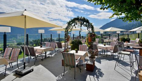 Hotel-Waldfriede-Fuegenberg-Waldfriedenweg-4-Familie-Erlebach-Terrasse-1