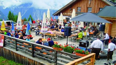 venet_zammer-schmankerl-alm_sommer_terrasse-2