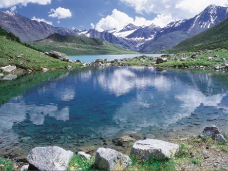 Kurzurlaub in Tirol - Bergsee und verschneite Gipfel